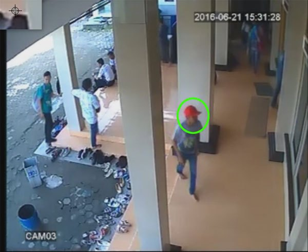 Maling Tas Terekam CCTV di Masjid Unswagati Cirebon